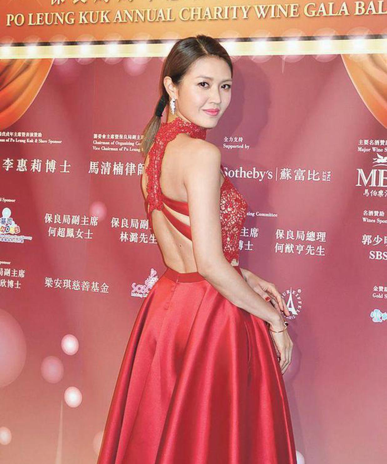 陈庭欣穿着鲜红露背晚装担任晚宴司仪。