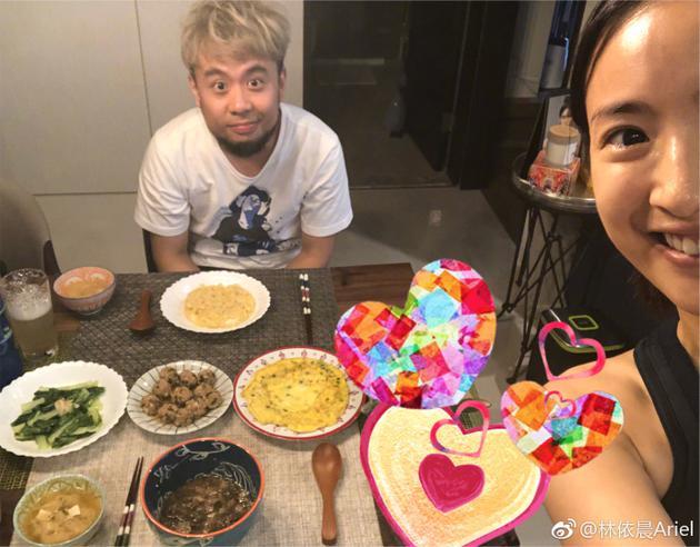 林依晨给弟弟做菜吃