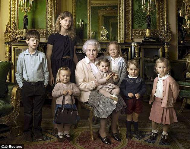 身穿同样衣服的乔治王子(右2)