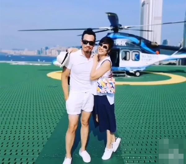 夫妻二人与直升机合影