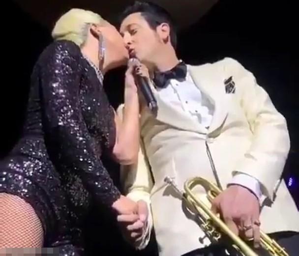 之後Lady GaGa當衆親吻樂手。