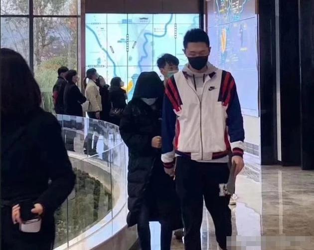 张嘉倪买超被偶遇