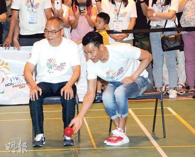 劉江華(左)與劉德華(右)研究怎樣玩硬地滾球。