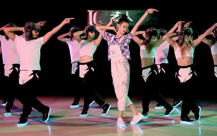 《1VS11》节目,谭妍喆唱跳现场