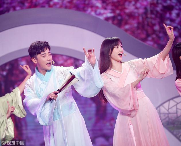 """在东方卫视的跨年晚会上,唐嫣罗晋夫妻相符体""""回外家"""",时兴撒糖"""