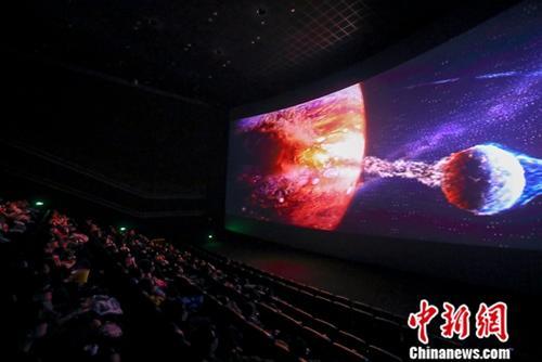 资料图 2月10日,山西太原某影院,民众正在影厅观看电影《流浪地球》。中新社记者 张云 摄