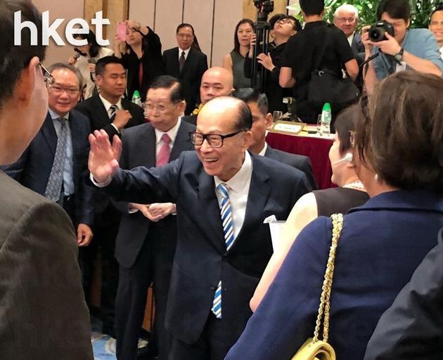 李嘉诚退息前末了一次主办长和股东会,股东会终结后李嘉诚下台与长和幼股东握手道别。
