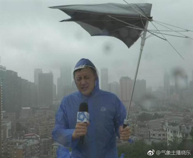 刘晓东日前出外景时,雨伞瞬间被吹烂。