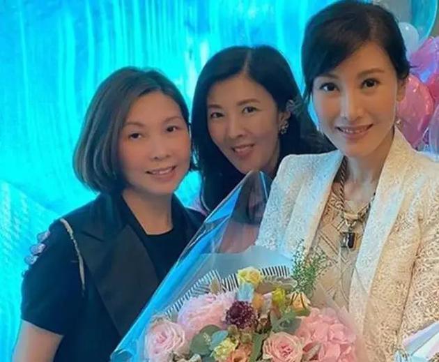 李嘉欣的姐姐李嘉明也罕見露面(左2)