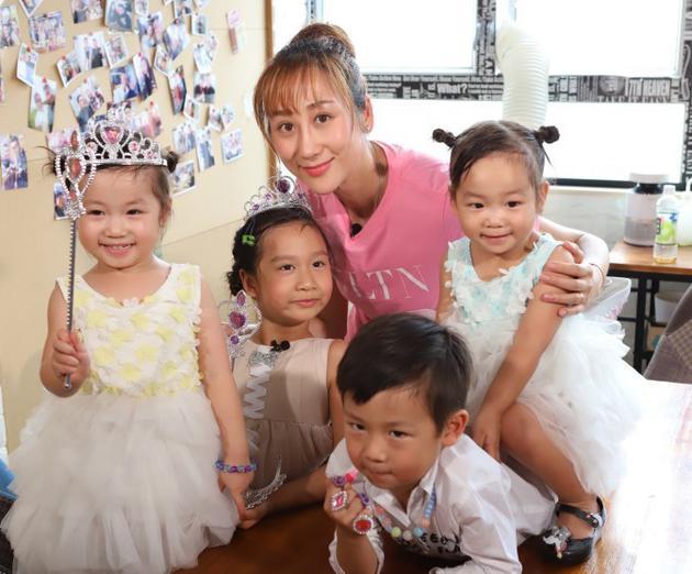 蒋丽莎与四个子女