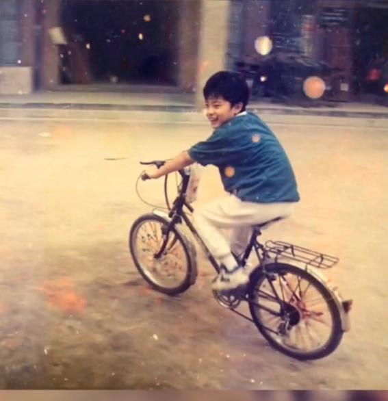 陈赫童年骑车