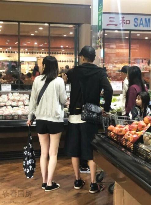 洪欣张丹峰逛超市被偶遇 一家三口同框温馨有爱