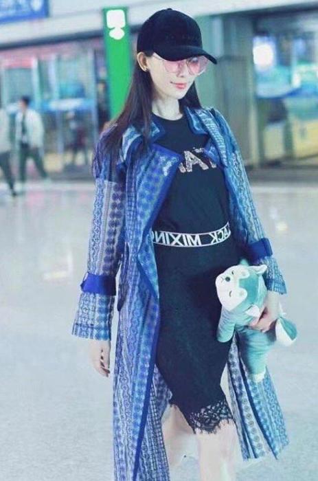 林志玲机场遮肚孕味浓?工作人员回应:去年旧图