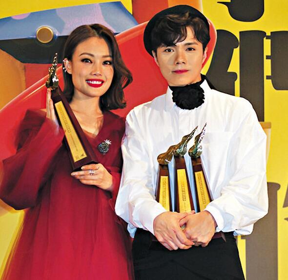 张敬轩(右)在三个音乐授奖礼,统统取得九个奖项,一时独领风骚。