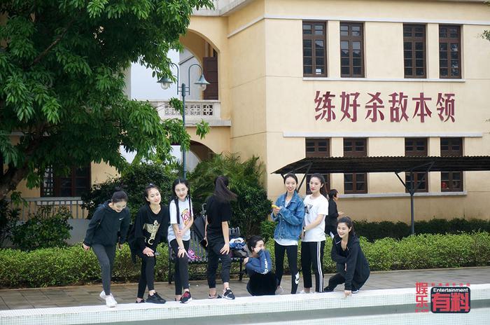 海口电影公社的游客正在拍照