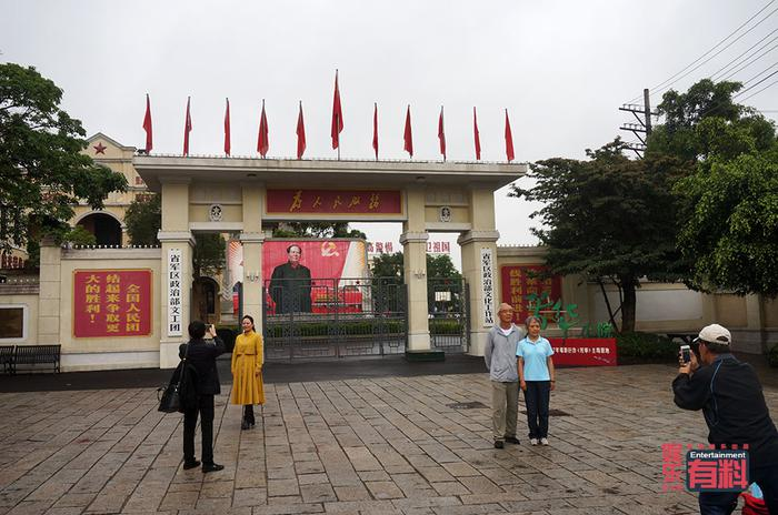 """""""芳华小院""""门口拍照的游客"""