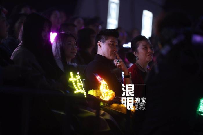 蔡徐坤妈妈和范丞丞父母也来到决赛现场
