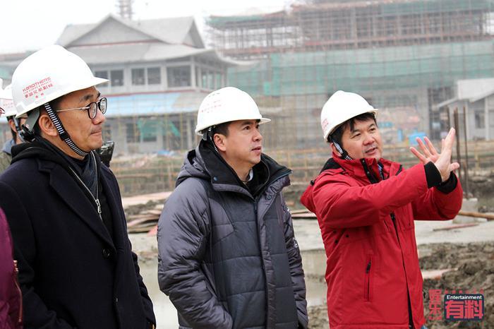 2017年1月,通天浮屠封顶现场,王中磊亲临考察