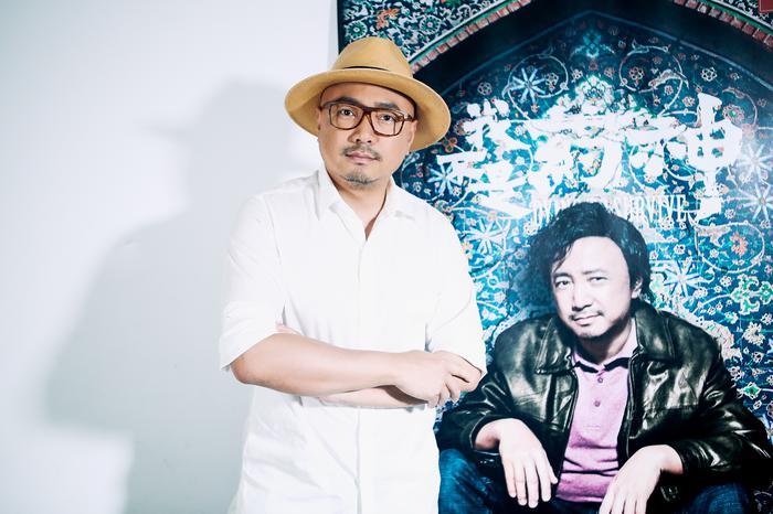 徐峥与《我不是药神》海报合影(摄影/王博)