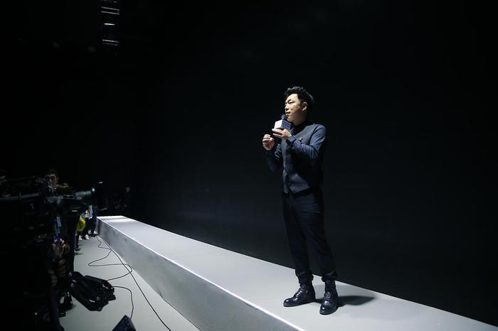 黄渤在电影体验会现场演讲
