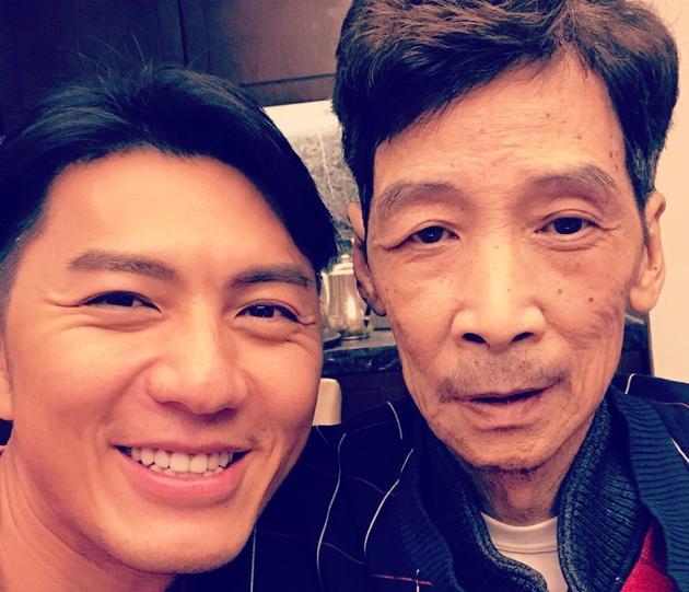 袁伟豪与父亲合影