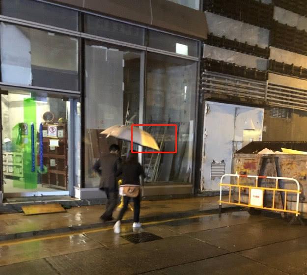 有网友在香港街头偶遇郭晶晶霍启刚夫妻