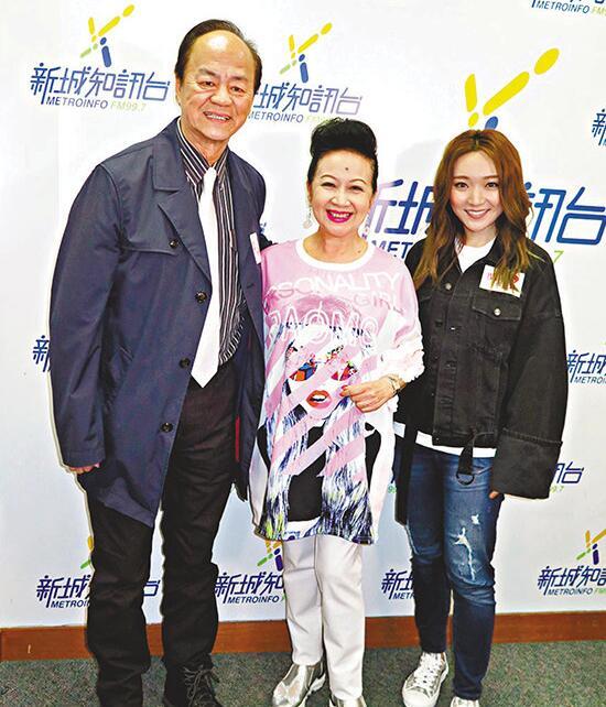 狄龍(左)和閻奕格(右)到電臺接受薛家燕訪問。
