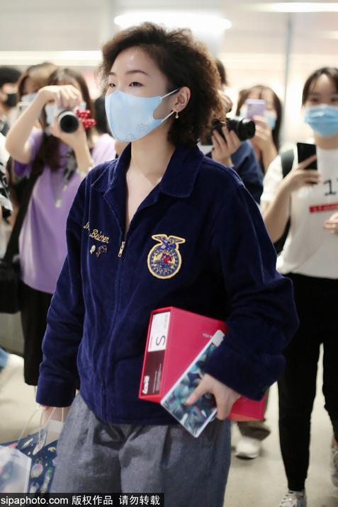 组图:张钰穿深蓝色外套搭灰色卫裤现身机场 低头快走显低调