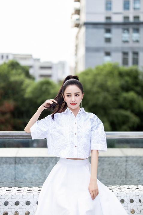 组图:佟丽娅白色露腰小衬衫搭配蓬蓬裙 扎高马尾显干净清爽