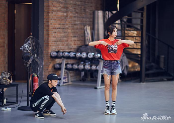 孟美岐和吴宣仪在练舞(新浪娱乐,摄影/宫德辉)