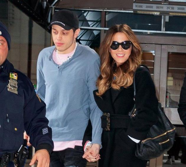 戴维森与45岁的女星凯特贝金赛尔恋情曝光。