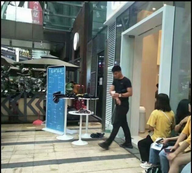 王俊凯打卡自家奶茶店却没有进去 保镖去买了一杯