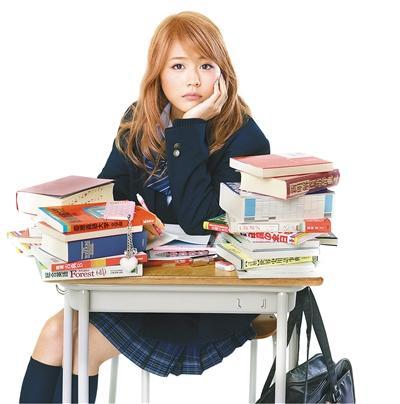 2016年上映的《垫底辣妹》豆瓣评分8.1,票房3745万,打破了日本引进片真人电影当时的国内票房纪录。