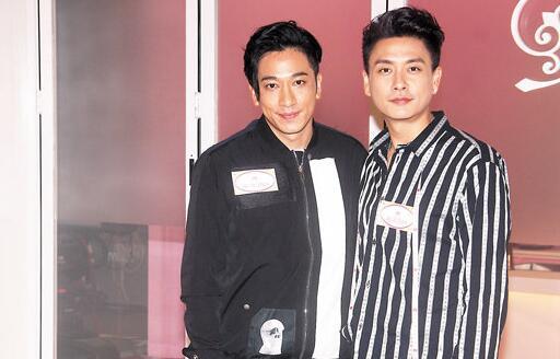 黄宗泽(右)前晚不时被好友吴卓羲拿绯闻取笑