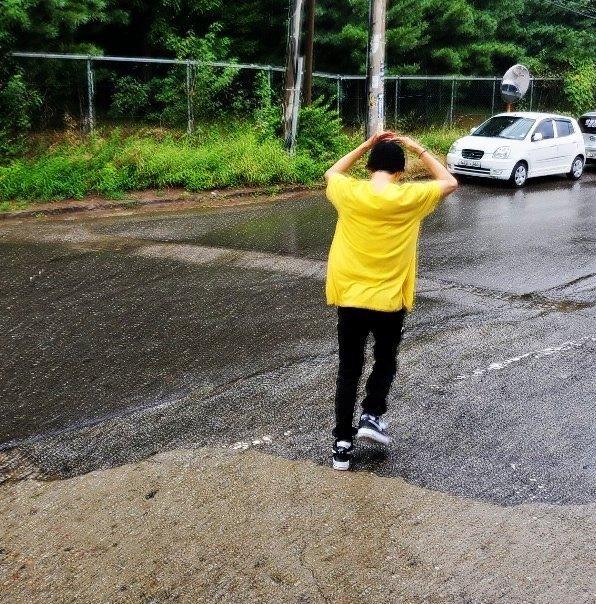 金韩彬把伞给偶遇粉丝 网友:真是让人又爱又恨