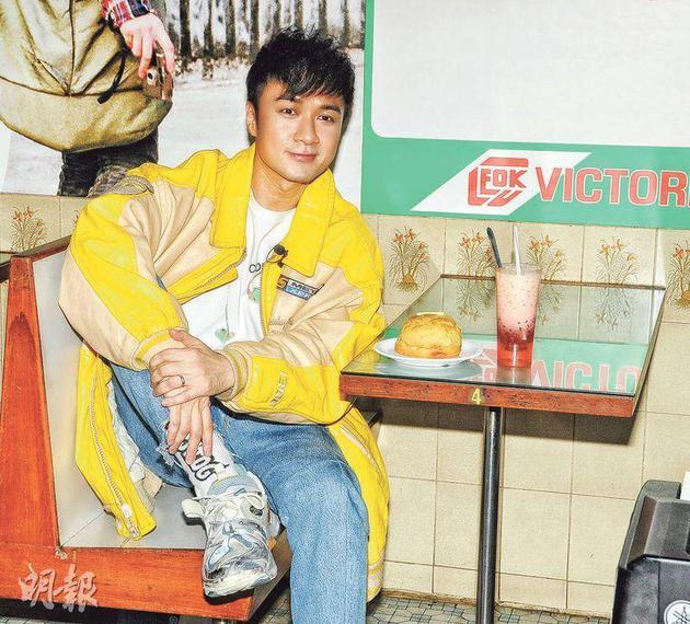 古巨基前晚(12月10日)在庙街冰室举走新碟发布会,趁机吃菠萝油及红豆冰