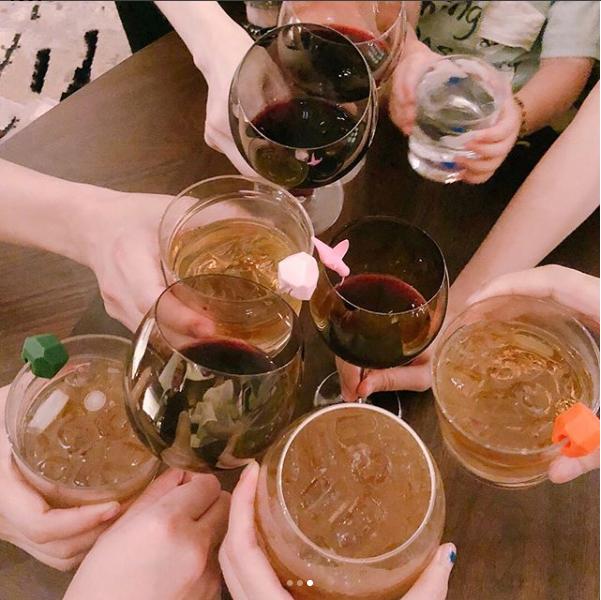 杨丞琳和朋友举杯