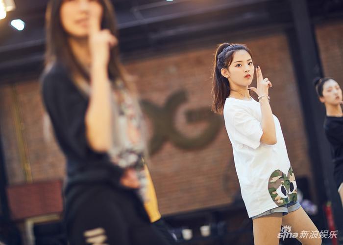 杨超越在练舞现场(新浪娱乐,摄影/宫德辉)