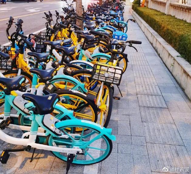 共享单车乱摆放疑似占人行道 杜若溪质疑影响交通