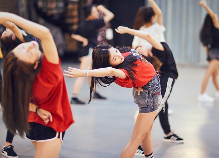 吴宣仪、傅菁和女孩们在练舞现场(新浪娱乐,摄影/宫德辉)