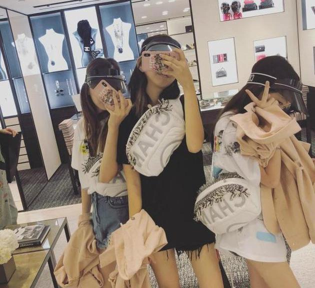 李嫣和闺蜜逛街购物两小时花费十万元。