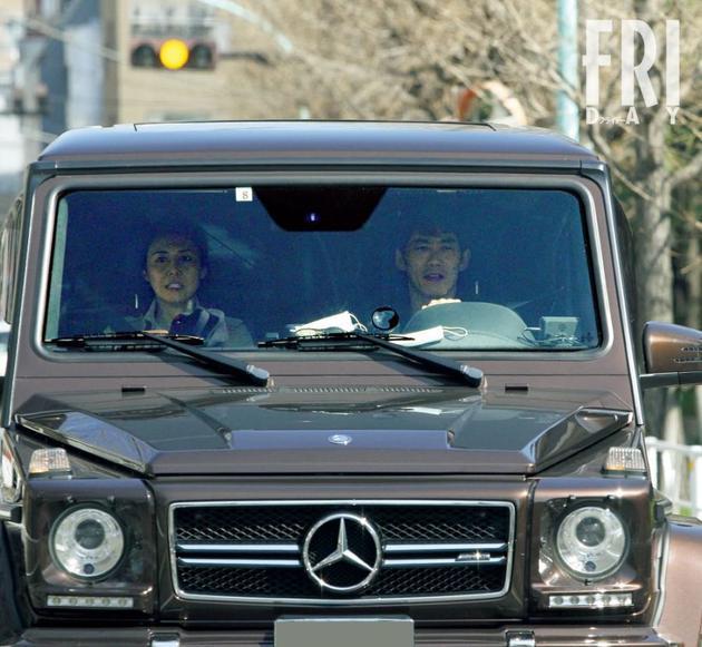 松岛菜菜子和反町隆史被拍到一起开车送接送女儿上学