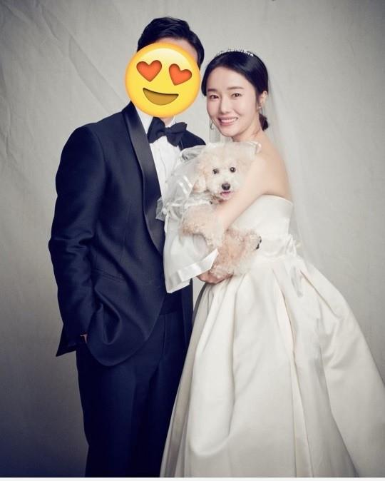 李贞贤发婚纱照庆祝结婚一周年