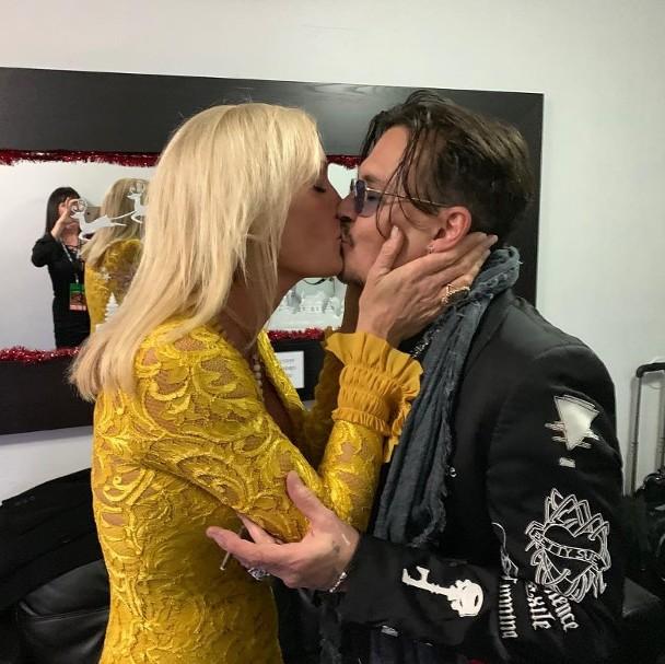 网上展现德普与奥秘金发女郎亲嘴的新照