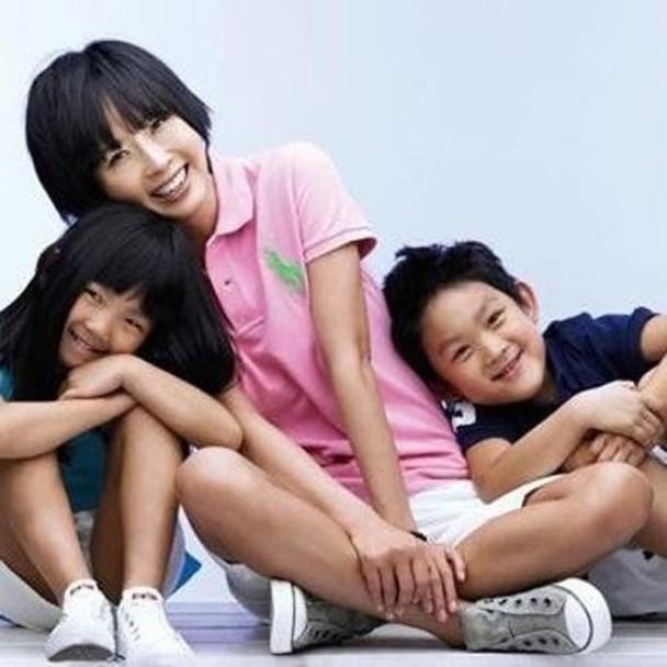 韓星崔真實於2008年自殺身亡,留下一對子女崔煥熙及崔準熙由外婆撫養。