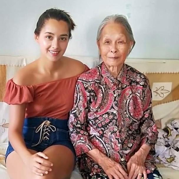 谢嘉怡晒和奶奶照片
