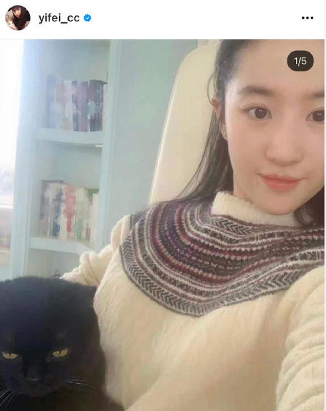 刘与爱猫自拍外观皮肤状况良好