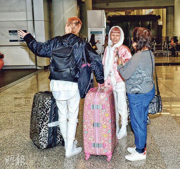 有女士(右)认出吴卓林请求相符照,但被婉拒。