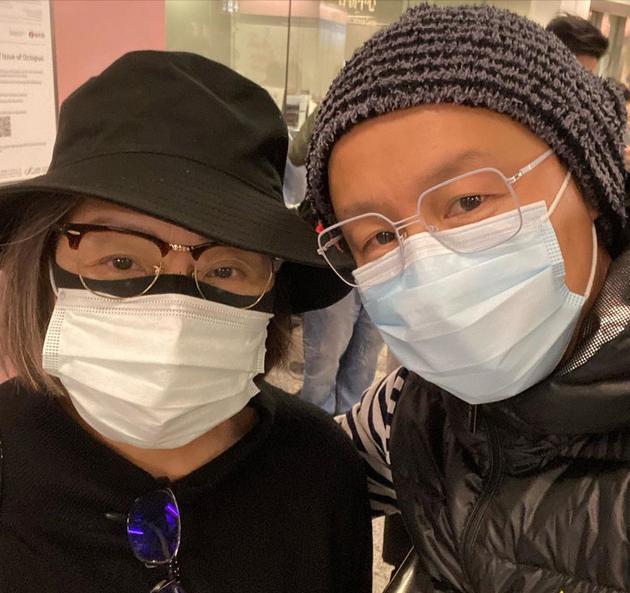 干儿子郑敬基和卢宛茵见面后立刻为其拿出一个口罩戴上