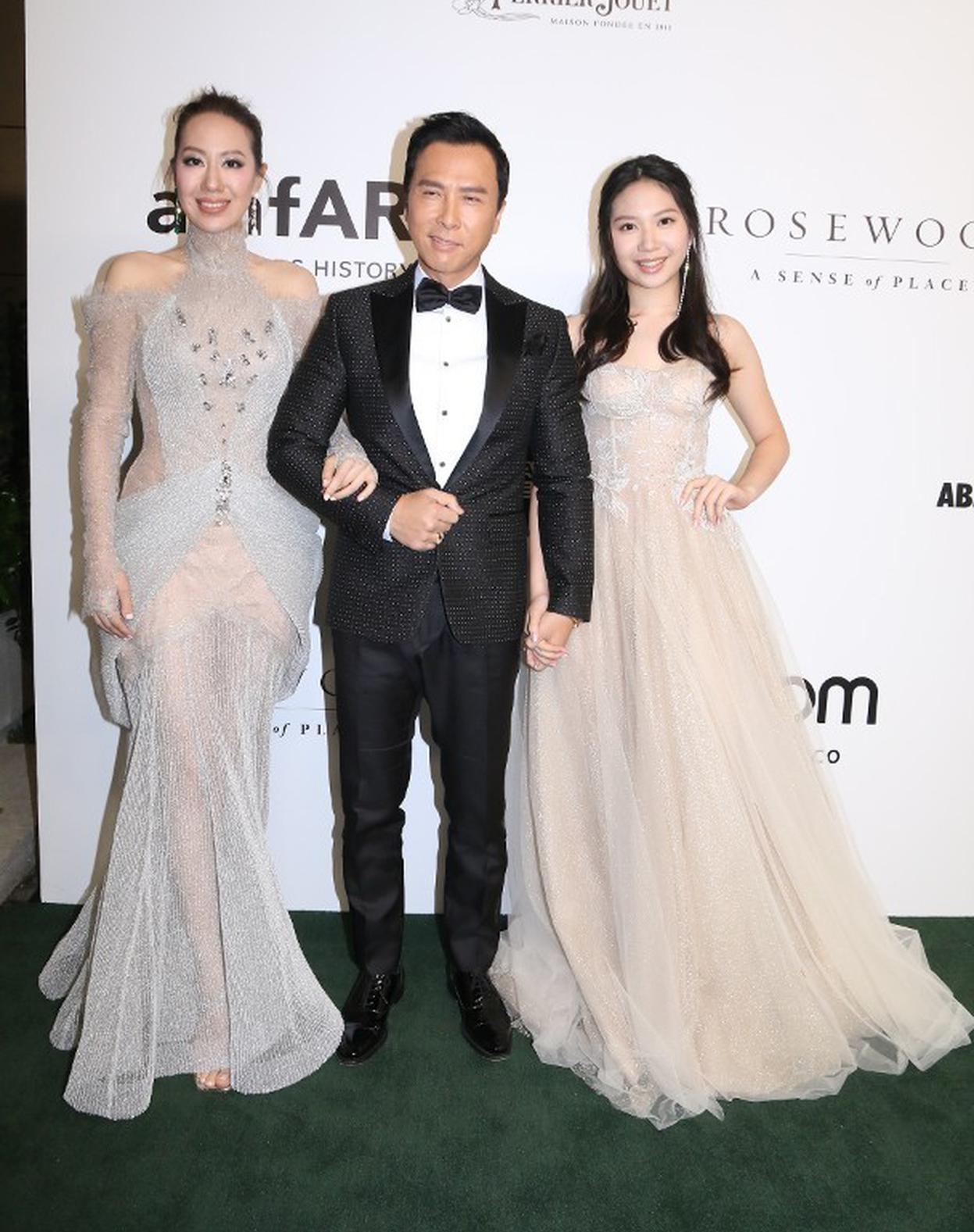 甄子丹以聯合主席的身份與太太汪詩詩及女兒出席大型慈善晚宴。